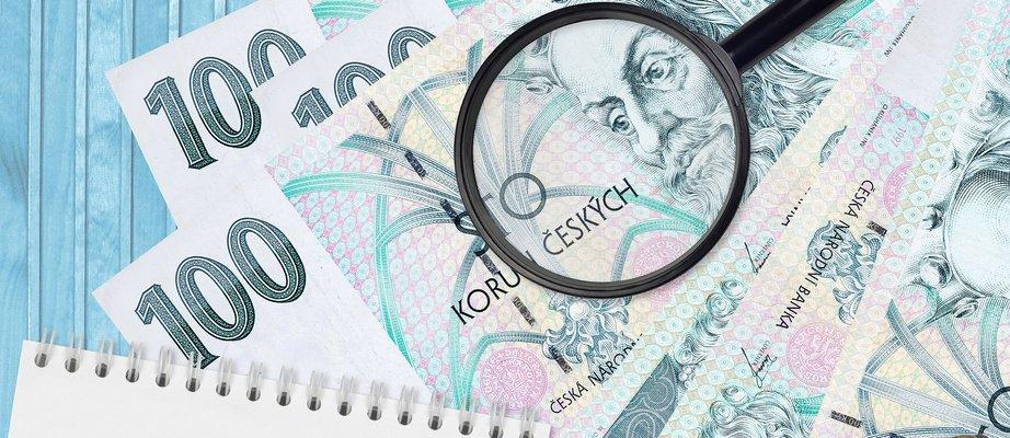100-czech-korun-bills-and-magnifying-glass-with-bl-M54H8CA  kopie.jpg