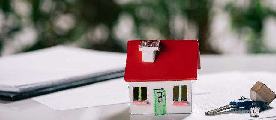 refi-selective-focus-of-house-model-near-keys-on-white--MKQ2YRN.jpg