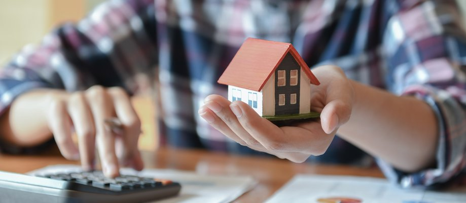 ur-home-salesman-holding-a-model-house-in-hand-L3X7DTH.jpg